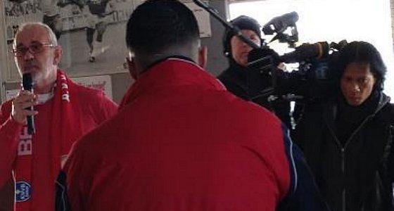 Rob Theunisse voert het woord op 8 december 2012 tijdens de bezinnings bijeenkomst terwijl de camera van de NOS draait