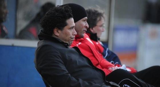 Archieffoto Rob Beense: Alain Munoz (met rode jas en pet) in 2012 op de bank van Zeeburgia tegen De Dijk