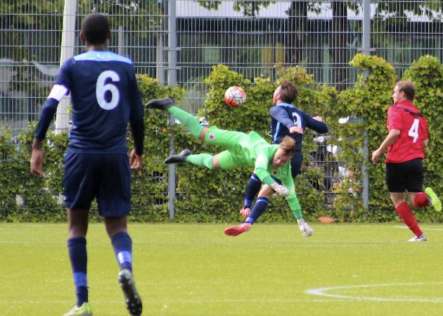 AFC-doelman Maksim van Ingen gaat in de fout en krijgt rood.