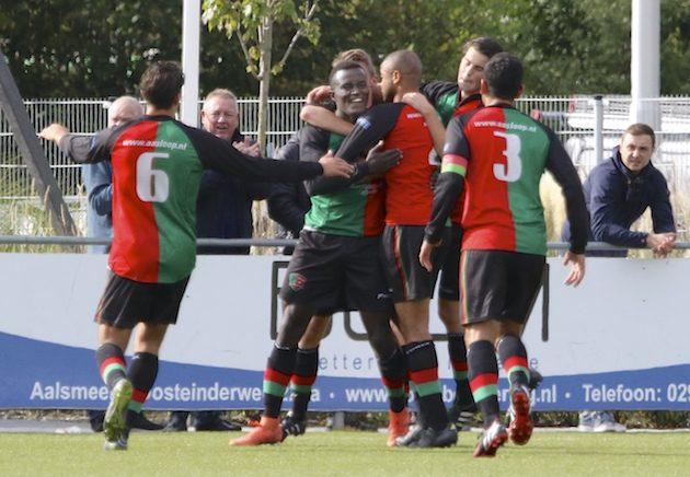 Foto Tom Poederbach: Feest bij FC Aalsmeer na de 1-0 van Epi Kraemer