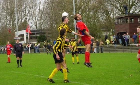 Foto website AFC'34: 10 april 2005 wist AFc'34 wel te winnen van DWV (1-2). Robert Verschragen namens DWV in een luchtduel met Maarten de Waard