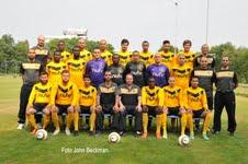 De selectie van Chabab poseert voor de elftalfoto