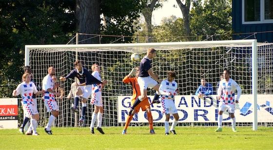 Foto Reinoud Buijs: Jeroen Brand kopt vlak voor rust de 0-1 binnen