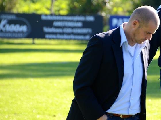 Foto Reinoud Buijs: Trainer Juan Fernandez Coto ziet zijn ploeg weer vier doelpunten tegen krijgen