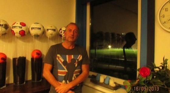 Rob Mueller, voorzitter van Buitenboys, in de bestuurskamer van de club. Op de achtergrond het veld waar het verschrikkelijke incident met Richard Nieuwenhuizen plaatsvond.