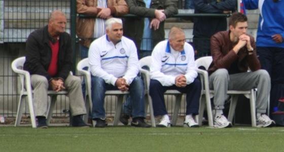 Foto Jaap Eising; Ron van Niekerk (geheel links) op de bank van Blauw Wit