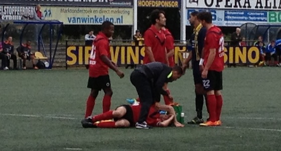 Sjoerd Jens wordt behandeld nadat keeper Verstraaten hem heeft gevloerd en rood krijgt