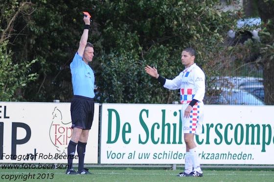 Foto Rob Beense: Fuat Benfiquera kreeg na een uur spelen de rode kaart