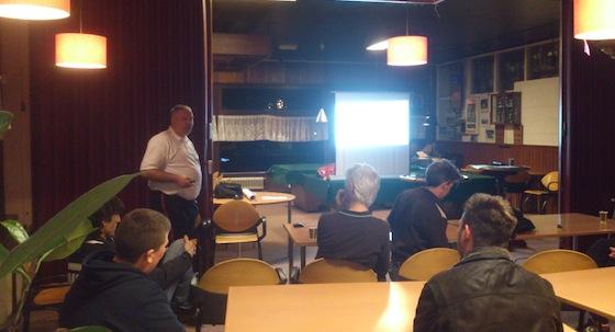 John van der Zwaan, docent van de KNVB, spreekt de leden van SVA en dvc buiksloot toe