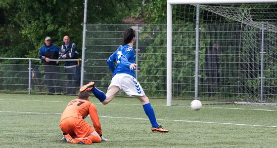 Mick van Moerkerk passeert doelman Ruud van Esschoten en maakt de 2-1.
