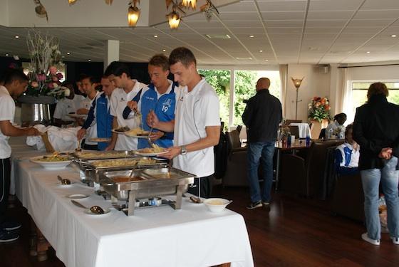 De selectie van JOS Watergraafsmeer bereidt zich in Borchland voor op de wedstrijd tegen Ajax. Foto: Borchland