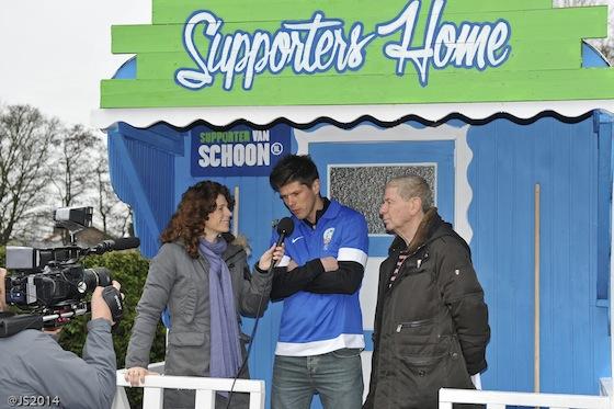 Klaas-Jan Huntelaar opende, samen met Barbara en Frits Barend van Helden Magazine, het eerste mobiele Supportershome van Nederland Schoon.