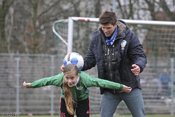Tijdens een clinic deed Klaas-Jan Huntelaar zelf ook mee.