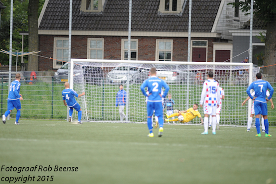 Foto Rob Beense: Veenboer stopt al vroeg in de wedstrijd de strafschop van Bochoven