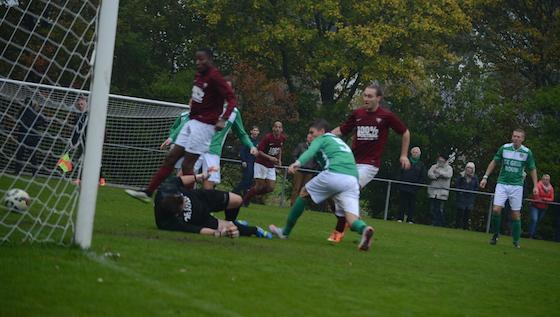 Foto Karel Stevens: Rene Boer (r) scoorde vier keer de laatste twee wedstrijden. Hij treft met AMVJ zaterdag FC Amsterdam