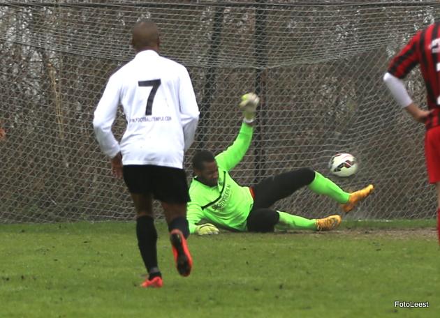 Doelman Marcel Ons heeft geen antwoord op de strafschop van Zohair Chiddi (niet op foto). De tweede penalty pakt hij vervolgens wel.