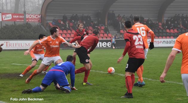 Foto John Beckman: Daan Sutorius schiet zijn dertiende van het seizoen binnen