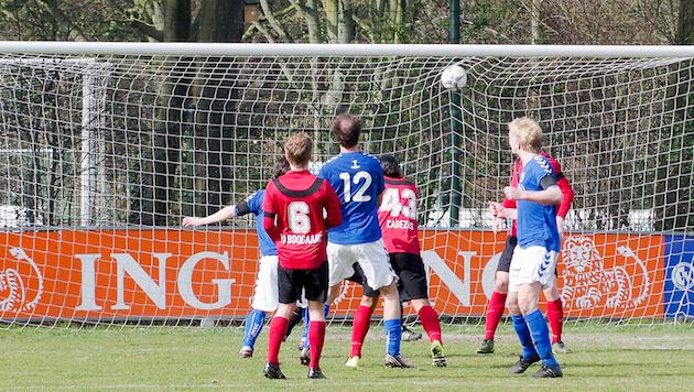 Foto Jan Vonk: Guus Tennekes (#12) schiet de 1-0 binnen
