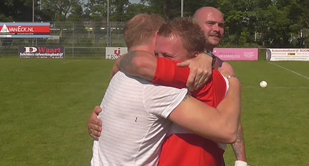 Trainer Ron Stoffels (l) met matchwinner Pieter Colpaart (r).