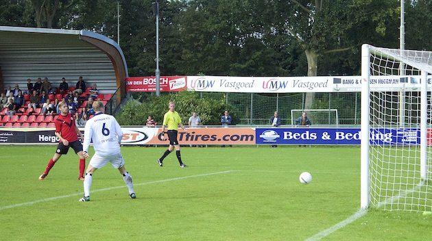 Foto Mario Wormhoudt: Tom van den Brink zet AFC op voorsprong