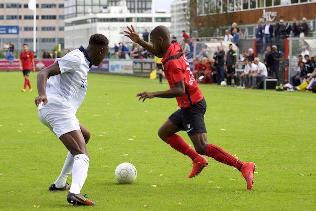 Foto Mario Wormhoudt: Melvin Grootfaan proberet Carlos Opoku uit te spelen