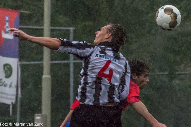 Foto Martin van Zurk: Patrick Lokken in duel met Danny Bijlsma