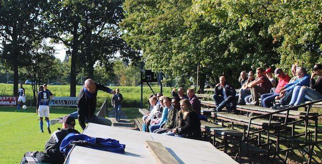 Foto HAV: Trainer Mario Rijnsburger werd na commentaar op de leiding weggestuurd door scheidsrechter Ouendag