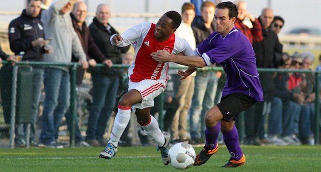 Foto Cees van Hoogdalem | Stanley Akoy snelt langs zijn tegenstander