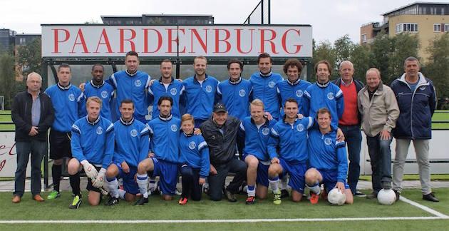 Cor Backer te midden van de selectie van Ouderkerk. Foto: sv Ouderkerk