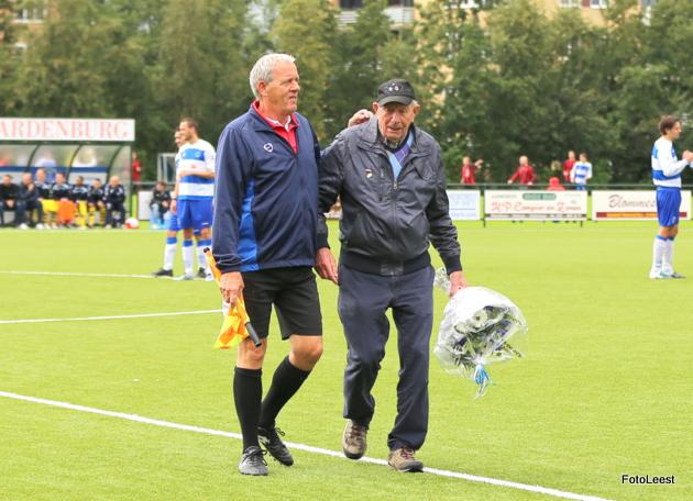 Cor Backer (r) verlaat het veld nadat hij de aftrap heeft verricht. Foto: Koos van der Leest